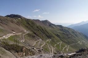 Die Passstraße mit endlosen Serpentinen. Traum für Rennradler, Albtraum für Mountainbiker.