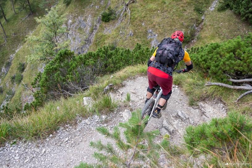 Kehre um Kehre zirkeln wir die Bikes ins Tal