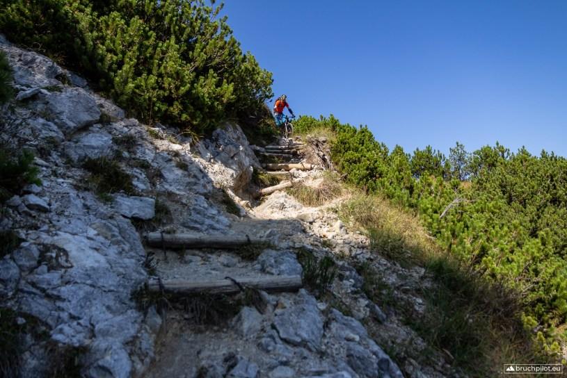 Christian meistert eine der schweren S4+ Passagen unterhalb des Heimgarten Gipfels.