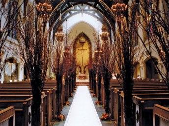 Pynting av kirke høstbryllup