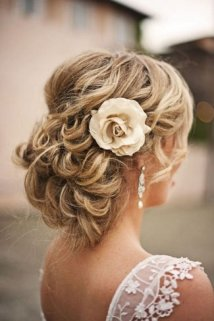 Romantisk brudefrisyre oppsatt hår