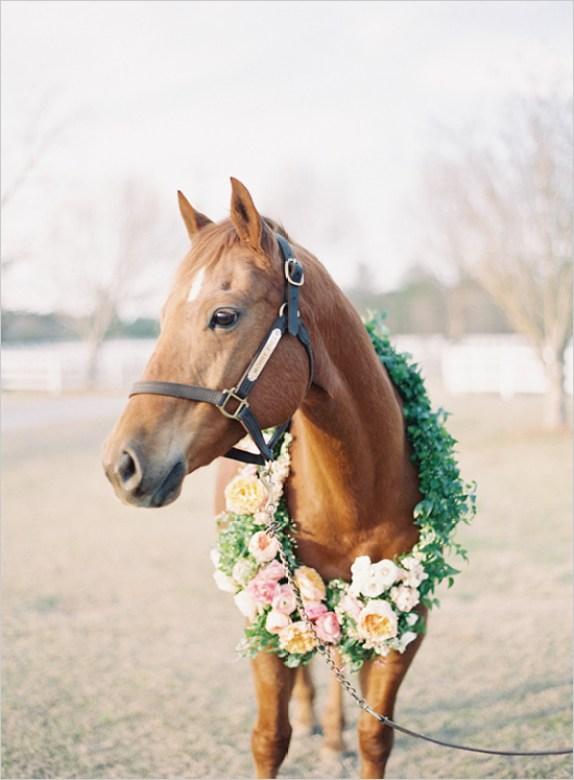 hest-bryllup-blomsterkrans