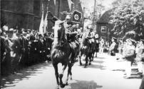 1933 Vorbeimarsch der Reiter mit Hakenkreuzstandarte