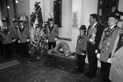 Gefallenenehrung der Majestäten am Pfingstmontag von dem Festhochamt
