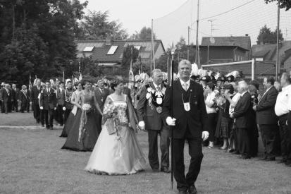 Das Broicher Königspaar Franz-Willi und Hildegard Caspers, vorne Brudermeister Norbert Ohlenforst