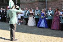 2012 Schützenzug zur Parade angetreten. Bitte um Durchführung der Parade durch Hauptmann Markus Welters bei König Dietmar Kuhn