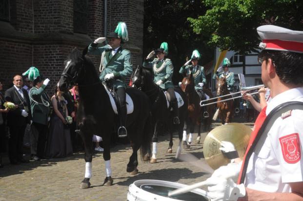 2012 Die Reiterstaffel bei der Parade. Simon Bürgers, Dennis Pappers, Roger Wintzen, Daniel Schlagheck (v.l.n.r.). Im Vordergrund rechts Eric Körfer, Musikverein Klinkum.