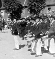 Trommlercorps Moorshoven, Jahr unbekannt, aufgrund des getragenen Zivils wahrscheinlich Nachkriegszeit