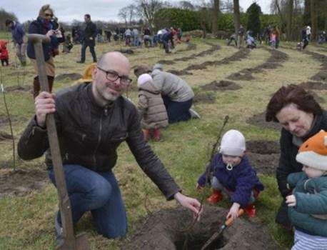 Stad plant nieuw bos aan met de hulp van jonge gezinnen