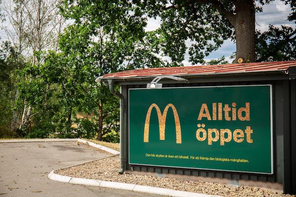 McDonald's suecia utiliza sus vallas publicitarias para albergar abejas 3