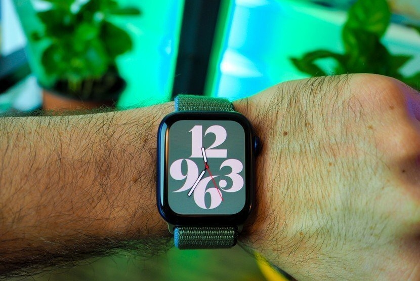 The display of the Apple Watch SE