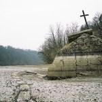 Kříž pod lávkou