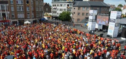 Storskjermer i Brussel som viser fotball VM 2018