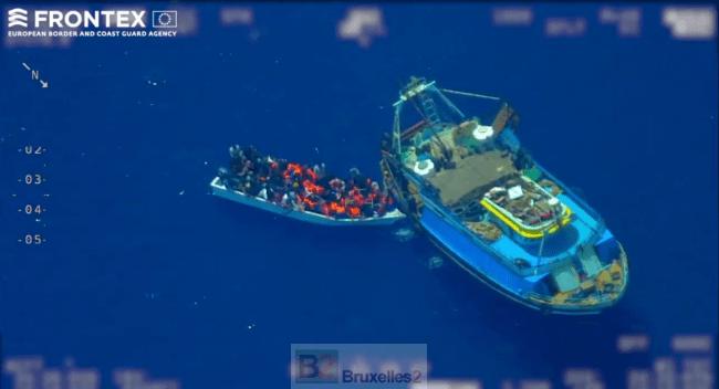 Un bateau mère de passeurs pris sur le fait au large de Lampedusa