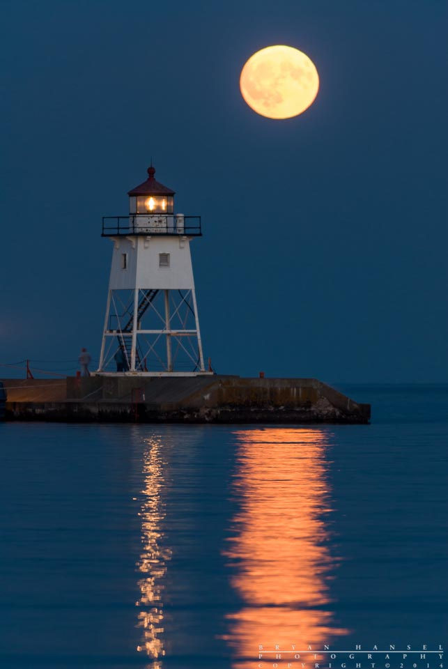 Beautiful Fall Scenery Wallpaper The Full Moon Shot Behind The Grand Marais Lighthouse Is