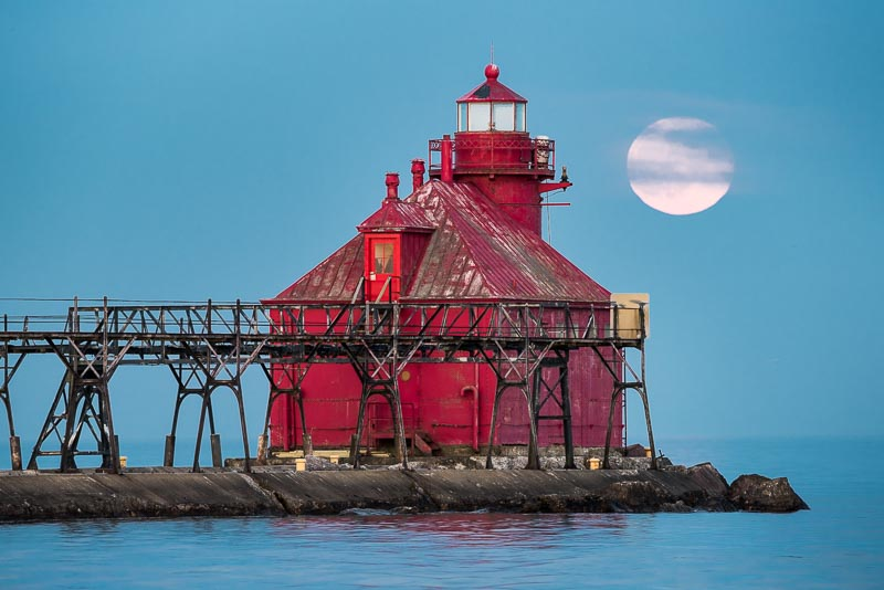 sturgeon bay lighthouse and the full moon