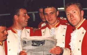 Schützenfest 1997: Sappeure lesen Zeitung
