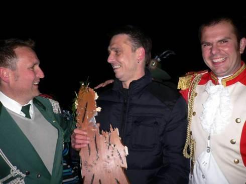 König 2012: Freddy Engeln mit Adjutant 2009 Ulrich Kempken (links) und dem Hauptmann der Sappeure Michael Kühn (rechts)