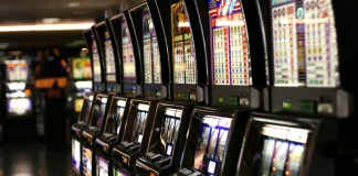 "Slot machines a Las Vegas - author ""Yamaguchi先生"" - http//en.wikipedia.org/wiki/File:Las_Vegas_slot_machines.jpg"