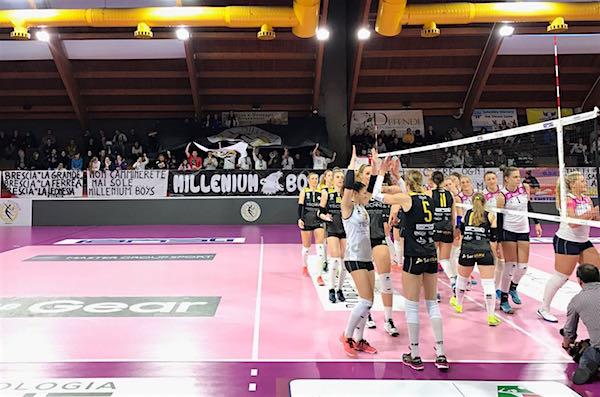 I saluti a inizio gara con i tifosi a riempire il PalaMillenium - foto da ufficiostampa - www.bsnews.it