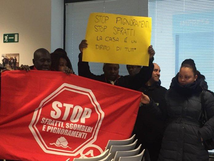 L'occupazione della sede di Anpe, notai, da parte dei militanti della sinistra antagonista - Foto da Radio Onda d'urto - www.bsnews.it