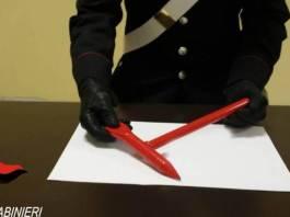 Il martelletto frangivetro con cui era stata aggredita la studentessa sul treno