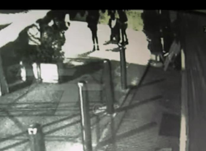 L'istante successivo all'accoltellamento di Yaisy Bonilla, in via Corsica, ripreso dalle telecamere di videosorveglianza