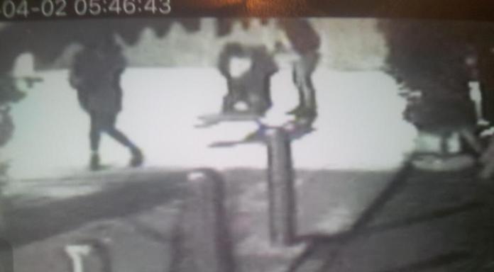 Il momento successivo all'accoltellamento di Yaisy Bonilla ripreso dalle telecamere della zona, in un frame pubblicato dal quotidiano Bresciaoggi