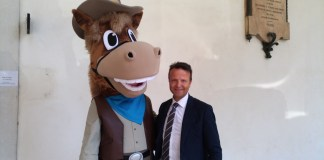 La mascotte di Travagliato Cavalli, Travaglino, con il sindaco Renato Pasinetti, foto di Andrea Tortelli, www.bsnews.it