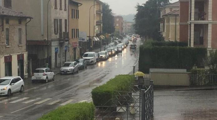 Via Crotte, tutti in coda dietro l'auto parcheggiata. Foto da Facebook (dettaglio)