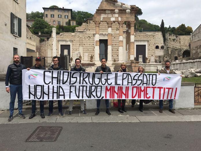 Lo striscione esposto da Fratelli d'Italia contro il presidente di Brescia Musei Massimo Minini, foto da ufficio stampa, www.bsnews.it