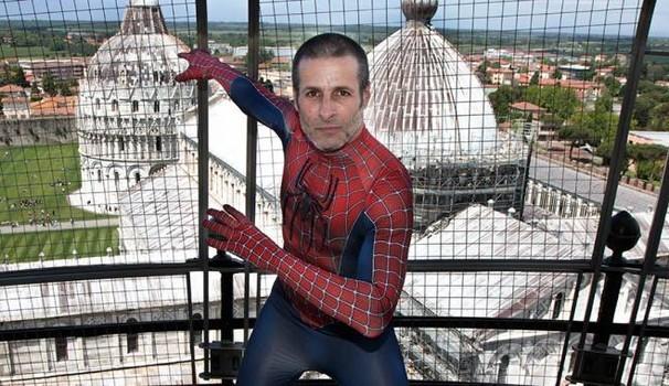 Mario Merlino, emulo dell'uomo ragno per denunciare i problemi del quotidiano