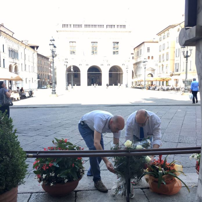Il segretario provinciale del Pd Michele Orlando e il segretario cittadino Giorgio De Martin hanno deposto un mazzo di fiori alla stele che ricorda i caduti di Piazza Loggia, foto da ufficio stampa, www.bsnews.it