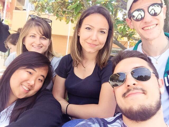 Adelina Rohozneanu con alcuni amici di Aiesec, foto da facebook