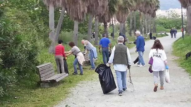 Cittadini impegnati nella pulizia di un parco, foto da web