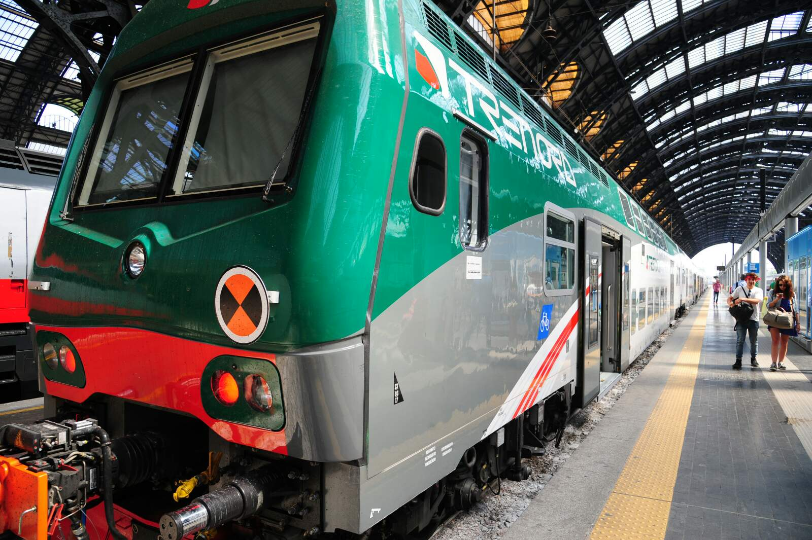 Treno brescia milano senegalese si cala i pantaloni e for Ufficio stampa design milano