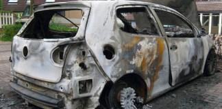 Un'auto bruciata, foto generica da web