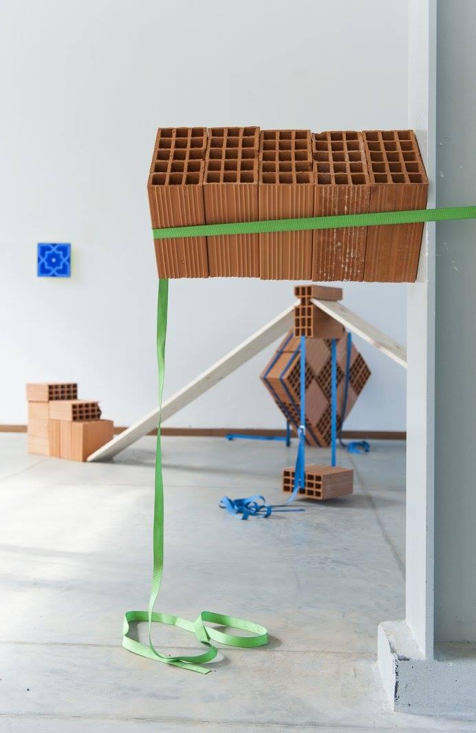 Processo costruttivo, 2015, legno, mattoni e cinghie, dimensioni ambientali. Giuseppe Buffoli, Laboratori della Fabbrica del Vapore.