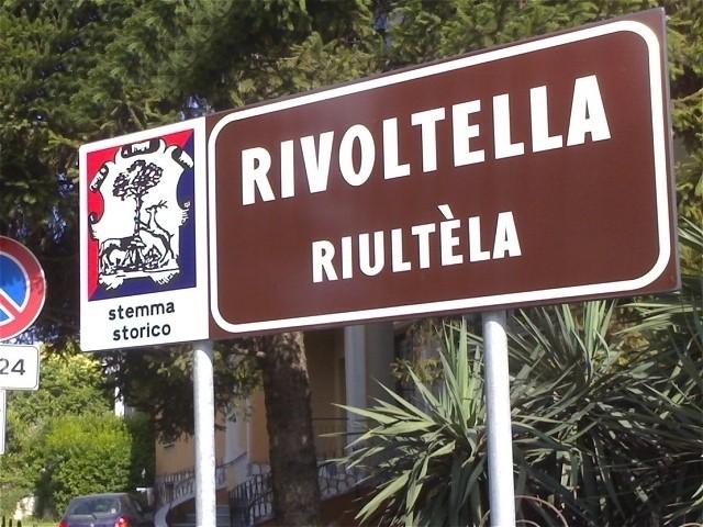 Un vecchio cartello bilingue nella frazione desenzanese di Rivoltella