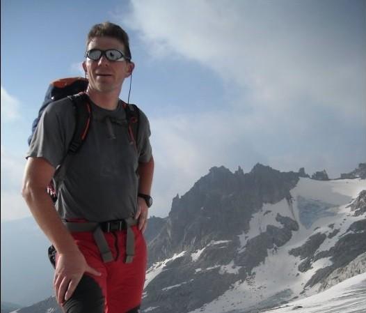 Marcello Rosa in posa su una montagna - foto dal profilo Facebook