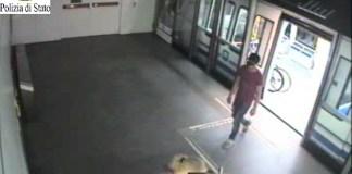 Le immagini del presunto rapinatore filmate dal circuito chiuso della metropolitana di Brescia e diffuse dalla Polizia