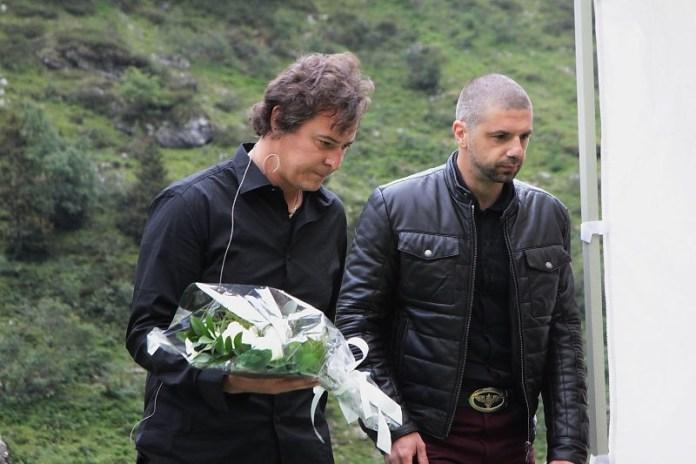 Emanuele Turelli porta dei fiori a ricordo delle vittime