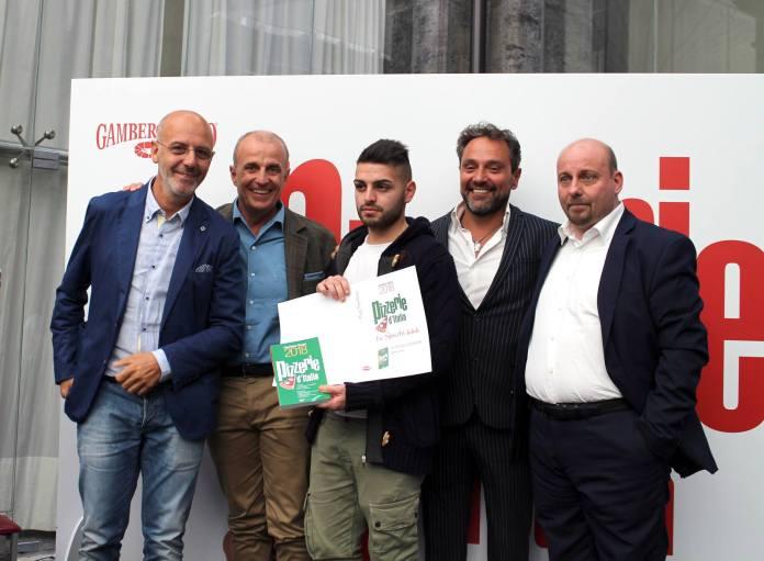 Franco Pepe ritira il riconoscimento del Gambero Rosso a Napoli