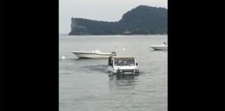 Il mezzo anifibio avvistato qualche giorno fa nelle acque del lago di Garda, da video
