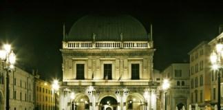 Palazzo Loggia illuminato di verde