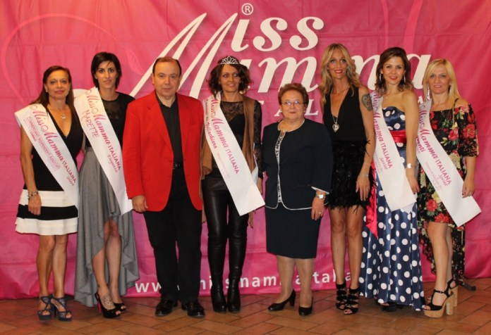 Le 5 mamme bresciane premiate nel concorso Miss Mamma 2018, in compagnia di Paolo Teti; l'Assessore Maddalena Roncalli e Nicoletta Baroncini, Villachiara Brescia