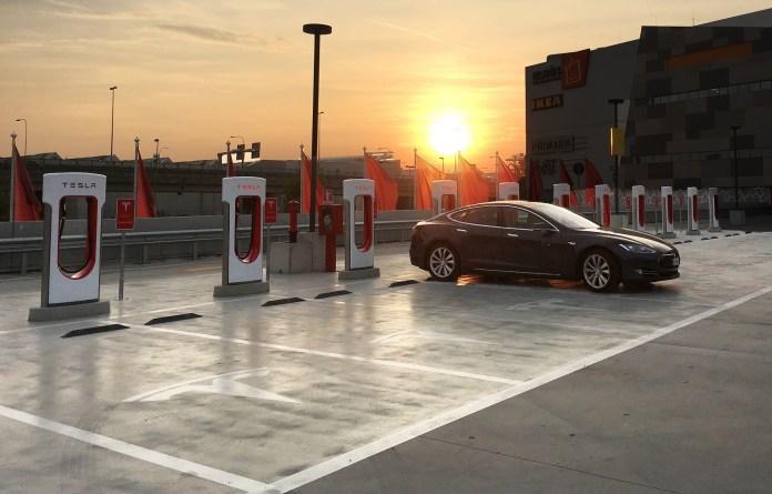 Tesla supercharger a Brescia - foto da ufficio stampa