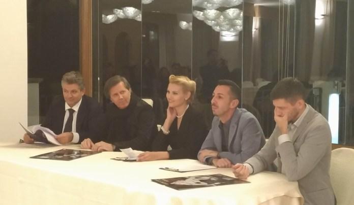 Il tavolo dei relatori della conferenza stampa: accanto a Vera Atyushkina il fotografo Ricciardi (a sinistra nella foto), www.bsnews.it