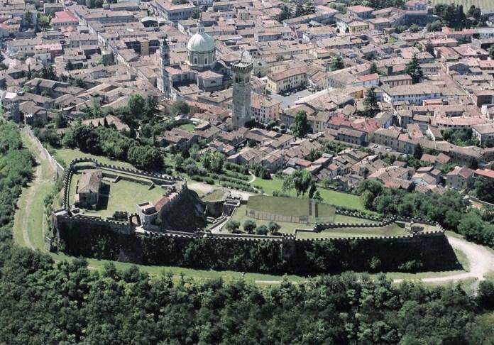 Una veduta aerea della rocca viscontea di Lonato, www.bsnews.it