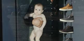 Oliviero Toscani nella foto provocatoria con il bambino nudo in braccio, www.bsnews.it